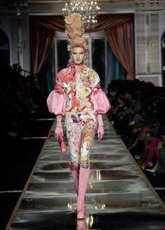 Discover the Moschino Women, Men and Kids Collections. Weird Fashion, I Love Fashion, Fashion Week, Fashion 2020, Timeless Fashion, Runway Fashion, Fashion Brands, Fashion Show, Fashion Design