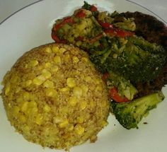 Cuscús con tortilla de acelga y vegetales salteados.