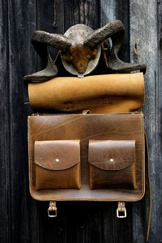 geanta business din piele naturala Old School - genuineleather. Leather Bags, Card Case, Old School, Laptop, Wallet, Fashion, Leather Tote Handbags, Moda