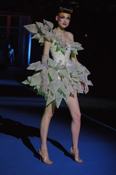 Explore the looks, models, and beauty from the Thierry Mugler Spring/Summer 2008 Ready-To-Wear show in Barcelona on 11 July 2007 Space Fashion, 3d Fashion, Couture Fashion, Runway Fashion, Fashion Show, Fashion Dresses, Fashion Design, Fashion Fabric, Fashion Spring