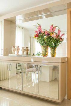Cristaleira: Salas de jantar clássicas por Studio Bene Arquitetura