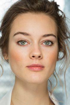 Maquillaje para ojos:  marcada por un ojo sutilmente ahumado en un tono gris pálido y un discreto uso de la máscara de pestañas.
