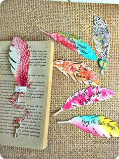 15 Pretty DIY Bookmarks for Teens to Get Creative and Treasure Painted Feathers Bookmarks Feathers are ever so soothing and pretty. 15 Pretty DIY Bookmarks for Teens to Get Creative and Treasure Creative Bookmarks, Diy Bookmarks, Corner Bookmarks, Diy Marque Page, Bookmark Craft, Bookmark Ideas, Bookmark Making, Broken Crayons, Paper Crafts