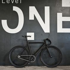 Level One Matte Black and White fixie, fixed gear Velo Design, Bicycle Design, Fixi Bike, Bicycle Garage, Bicycle Shop, Bici Fixed, Velo Retro, Displays, Fixed Gear Bike