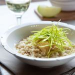 Cerchi un primo piatto vegetariano sfizioso e raffinato? Leggi la ricetta di Sale&Pepe del risotto con mele, pecorino e miele. Ti conquisterà subito!