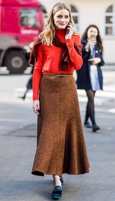 Olivia Palermo wearing an orange red longshirt brown skirt outside Pringle of Scotland on day 4 of the London Fashion Week February 2017 collections. Estilo Olivia Palermo, Look Olivia Palermo, Olivia Palermo Lookbook, Daily Fashion, Love Fashion, Autumn Fashion, Fashion Rings, Fashion Design, Style Casual