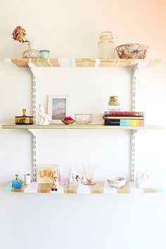 Striped shelves: The DIY your walls have been waiting for! Photo by designlovefest