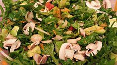 Ingredienti: Lattuga (composta per il 34% di proteine) Rucola (diuretica e ideale per disintossicare il fegato) Valeriana (azione benefica su sistema nervoso) Avocado (il vero doping dell'atleta vegano) Pomodori (stimolano la produzione dell'aminoacido carnicina, utilizzato dall'organismo per trasformare i lipidi in energia) Funghi (contengono lisina e triptofano) Cipolla (contiene fermenti che stimolano il metabolismo) Carote (beta-carotene a palla) Cetrioli (utili per compiere una sorta di…