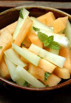 Insalata di melone, cetrioli e menta - Ricette estive a base di melone - Ingredienti (per 4 persone) 1 melone 2 cetrioli qualche foglia di menta fresca sale e pepe Sbucciare i cetrioli, rimuovere i semi e tagliarli a listarelle. Tagliare il melone...