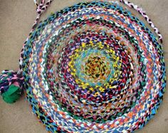 braided rug diy - I really want to make one of these! Yarn Crafts, Fabric Crafts, Braided T Shirts, Braided Wool Rug, Diy Braids, T Shirt Yarn, Yarn Projects, Rug Making, Creative Crafts