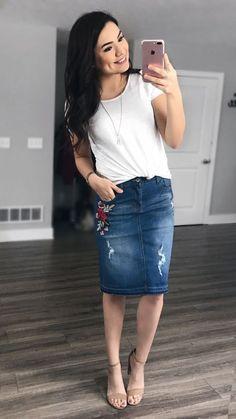 Stylish Denim Skirt Outfits Ideas To Makes You Look Stunning 07 - Muslim Fashion, Modest Fashion, Skirt Fashion, Feminine Fashion, Modest Outfits, Classy Outfits, Beautiful Outfits, Work Outfits, Chic Outfits