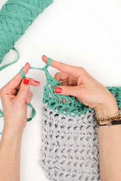 How to finger crochet (which is essentially the same as arm crochet). Free market tote bag pattern and video tutorial. Great crochet project for absolute beginners!