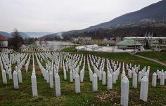 Srebrenitsa Soykırımı'nın ana mezarlığı olan Potoçari Anıt Mezarlığı, Bosna Hersek'in güneyinde, Sırp Cumhuriyeti'nde Srebrenitsa'nın kuzey batısında bulunan Potoçari köyünde bulunuyor.  Bosna'daki savaş sırasında BM'nin güvenli bölge ilan ettiği Srebrenitsa, 11 Temmuz 1995'te Sırp komutan Ratko Mladiç'e bağlı sırp birlikleri tarafından işgal edildi. İşgal üzerine BM bünyesindeki Hollandalı askerlere sığınan sivil Boşnaklar, Sırplara teslim edildi. Otobüs ve kamyonlara bindirilen 8 binden…