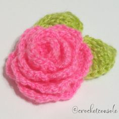Las flores tejidas a crochet quedan bellsimas! Para complementar el Punto Red Crochet, Crochet Hats, Crafts, Cowl, How To Make Tassels, Hampers, Knitting Hats, Manualidades, Handmade Crafts