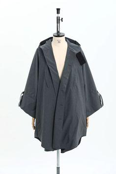 「ポンチョではなく、レインチョ」 表地にスーパーライトウェイトという完全防水の3レイヤー素材を使用。裏地にはメッシュを使用し軽さがあり、尚且つ通気性・透湿性に優れたハイテク素材で雨の日でも蒸れない機能性抜群のアイテム。 Norwegian Rain, Coat, Jackets, Fashion, Down Jackets, Moda, Sewing Coat, Fashion Styles, Peacoats