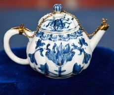This tiny, 300-year-old teapot gives an intriguing glimpse into the beginnings of the first multinational company ― the Dutch East India Company. Learn more w/ @Antiques Roadshow