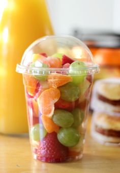 As moms, we are always looking for easy ways to incorporate more fruit and vegetables into our children's diet. Here are 20 healthy fruit and vegetable snacks for kids! Frozen grapes, apple chips, rainbow fruit cups and more! Snacks Für Party, Lunch Snacks, Healthy Snacks, Healthy Recipes, Healthy Kids, Food Truck Menu, Food Trucks, Fruits Decoration, Vegetable Snacks