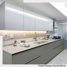 Quando o simples é tudo {} Cozinha com tons de branco e cinza e destaque para a fita de led que ressalta o revestimento e ilumina a bancada de trabalho Foto Mariana Orsi Kitchen Inspirations, Home Decor Kitchen, Kitchen Remodel, Kitchen Decor, Modern Kitchen, Contemporary Kitchen, Kitchen Room Design, Modern Kitchen Cabinet Design, Home Kitchens