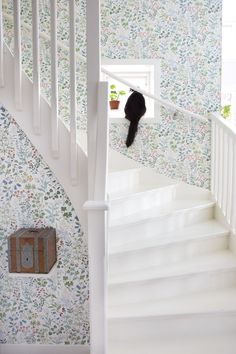 floral wallpaper with white stair case. Cozy Cottage, Cottage Style, Simple Interior, Interior Design, Hallway Wallpaper, Staircase Makeover, Entry Hallway, House Stairs, House Entrance