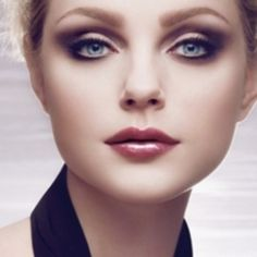 HOW TO CHOOSE THE RIGHT EYE SHADOW COLOR FOR BLUE EYES