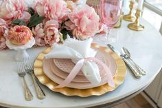 36 Lovely Romantic Table Setting For Two Best Valentine's Day Ideas - Sometimes dining in can be an even better experience than dining out. It all depends on the atmosphere you create and what food you decide to cook. Fun Valentines Day Ideas, Valentines Day Decorations, Table Rose, Romantic Table Setting, Pink Plates, Egg Recipes For Breakfast, Breakfast Ideas, Romantic Dinners, Table Settings