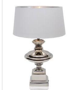 Har nå Naomi bordlampe på lager  Lekker kvalitetslampe i aluminium. Hvit skjerm medfølger. Denne lampen er like fin i stuen som på soverommet.  Mål: H.60 cm L. 175 cm B. 175 cm. #classicliving #bordlampe #interiør #coventgarden #interior