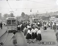多くの乗降客が利用する渋谷駅東口の都電乗り場=1960年