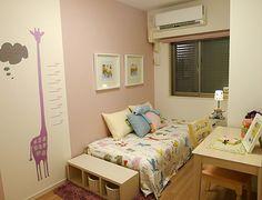 K131 ピンクのキリンの身長計 毎日キリンと「背くらべ」。キリンのアクセントクロスで成長を楽しみに。ピンクのシェードもアクセントになっています。