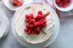 Make our red and white layer cake recipe at your next Canada Day celebration. Trace a maple leaf pattern on top of the cake and fill it with fresh raspberries. This cake recipe is sure to be a crowd pleaser on Canada Day! Yummy Treats, Delicious Desserts, Sweet Treats, Layer Cake Recipes, Dessert Recipes, Rainbow Layer Cakes, Shortcake Recipe, White Cake Mixes, Cake Board