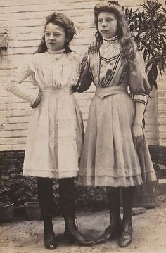 Young teenage girls in day dresses. I'm not that good at dating Edwardian childrens' clothing, but I'd say this is probably 1900s Fashion, Edwardian Fashion, Vintage Fashion, Edwardian Era, Vintage Mode, Vintage Girls, Vintage Outfits, 20th Century Fashion, Photos Of Women