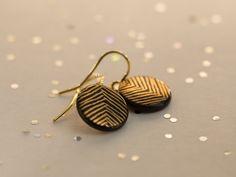 Porzellan Ohrhänger schwarz 'Pfeile' Gold. von Krinke Porzellan auf DaWanda.com