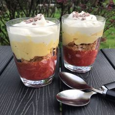 Rabarber trifli - Mette Skutter Cakes New Year's Desserts, Trifle Desserts, Delicious Desserts, Yummy Food, Danish Dessert, Danish Food, Eat Dessert First, Dessert Bars, Cake Candy