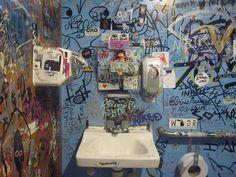 Confidências e arte no banheiro Brasil recebe primeira individual de Maxi Cohen