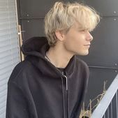 Uh how could I recreate something like this with my hair? It's about the same length and color I'm just completely stupid when it comes to anything relating looks/fashion so I'm clueless Blonde Hair Boy, Short Blonde, Cute Blonde Boys, Beautiful Boys, Pretty Boys, Model Tips, Bad Boy Aesthetic, Blonde Boy Aesthetic, Grunge Boy