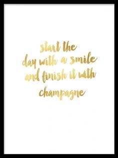 Poster / texttavla i guld med text. Start the day with a smile and finish it with champagne. Köp tavlor, affischer och prints med guldfoliering hos desenio.se. Snygg modern inredning i guld och mässing.