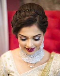 Stylish Wedding Hairstyle Ideas For Indian Bride - Indian Fashion Ideas Bridal Hairstyle Indian Wedding, Bridal Hair Buns, Bridal Hairdo, Hairdo Wedding, Braided Hairstyles For Wedding, Saree Hairstyles, Indian Hairstyles, Bride Hairstyles, Simple Hairstyles