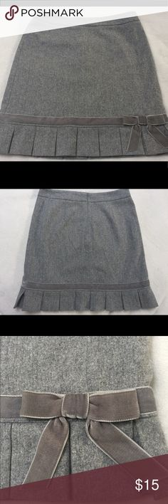 Banana Republic Gray Wool Skirt with Bow Size 2 Banana Republic Gray Wool Skirt with Bow Size 2. Excellent condition. Perfect Fall skirt with pair of boots. Banana Republic Skirts Midi