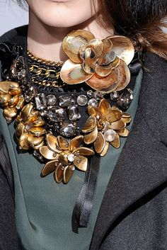 41 Ideas for womens day flowers ana rosa Jewelry Accessories, Fashion Accessories, Fashion Jewelry, Jewelry Design, Lanvin, Winter Trends, Maxi Collar, Jewelery, Jewelry Necklaces