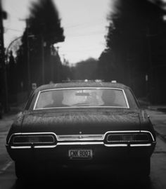 The Impala but it's not THE impala. THE impala is plate number KAZ Supernatural Baby, Supernatural Pictures, Supernatural Wallpaper, Winchester Supernatural, John Winchester, Winchester Brothers, Jared Padalecki, Impala 67, Supernatural Impala