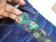 Adriana Gloria: Aumentando a lateral de uma calça jeans // Increasing the side of a blue jeans. Sewing Clothes, Custom Clothes, Diy Clothes, Sewing Hacks, Sewing Projects, Knitting Patterns, Sewing Patterns, Jeans Refashion, Jeans Denim