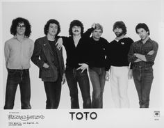 Toto-Falling in between live in Paris 2007  https://youtu.be/2GWnveEXNro Toto-Falling in between live in Paris 2007 Band: Steve Lukather - Guitars, Vocals Simon Phillips - Drums Bobby Kimball - Vocals Greg Phillinganes - Keyboards, Vocals Leland Sklar - Bass Guitar Tony Spinner - Guitars, Vocals Set list: 1. FALLING IN BETWEEN (1:30) 2. KING OF THE WORLD (5:25) 3. PAMELA (11:00) 4... #toto