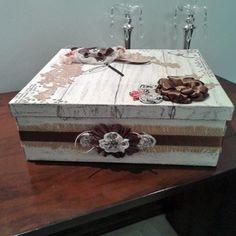 MDF, estilo shabby chick, com técnicas de pintura imitando madeira patinada. Apliques em renda guipir , flores de cetim, renda e tecido.