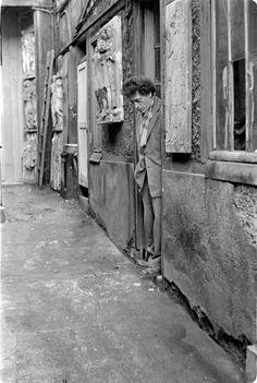 Sculptor and painter Alberto Giacometti standing in the doorway of his studio, Switzerland, photograph by Ernst Scheidegger. Alberto Giacometti, Studios D'art, Atelier Photo, Antoine Bourdelle, Contemporary Artists, Modern Art, Plaster Sculpture, Photo Portrait, Art Moderne
