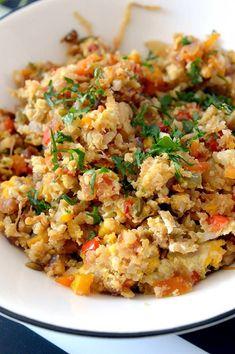 """Este """"arroz frito"""" de coliflor es una sorprendente y deliciosa manera de disfrutar de esta verdura. un plato super sano y lleno de verduras! Healthy Rice, Healthy Menu, Healthy Eating, Healthy Recipes, Vegan Mexican Recipes, Vegetable Recipes, Ethnic Recipes, Go Veggie, Arroz Frito"""