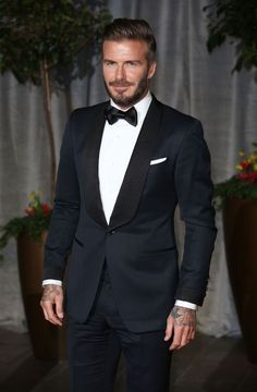 David Beckham in een Tom Ford smoking Groom Tuxedo, Tuxedo For Men, Tweed Groom, High Fashion Men, Mens Fashion Suits, Tom Ford Smoking, Tom Ford Tuxedo, Tom Ford Suit, Wedding Tux