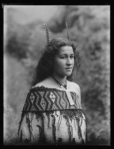 Maori girl wearing a korowai (cloak - mantello). Collections Online - Museum of New Zealand Te Papa Tongarewa Old Photos, Vintage Photos, Polynesian People, Maori People, Maori Designs, New Zealand Art, Atelier D Art, Maori Art, Kiwiana