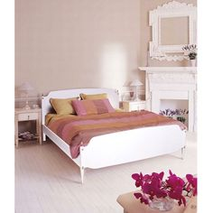 Restored gustavian style white bed... read more: http://mobilishabbychic.blogspot.it/2012/06/letto-laccato-bianco-shabby-chic.html