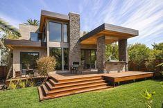 modernes Massivhaus Holz Terrasse Gartenmöbel Kamin Schutzdach