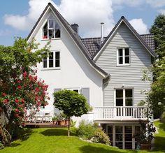 Der seitliche Anbau erweitert das Satteldachhaus nicht nur um mehr Wohnraum. Mit der Bauweise wurde auch noch der hinter dem Haus liegende Garten mit...