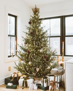 23 Clever DIY Christmas Decoration Ideas By Crafty Panda Christmas Eve Box, Christmas Time Is Here, Christmas Tree Themes, Christmas Mood, Merry Little Christmas, Rustic Christmas, Holiday Decor, Minimalist Christmas Tree, Minimal Christmas